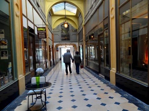 Passagem nas imediações da Praça Madeleine - PARIS