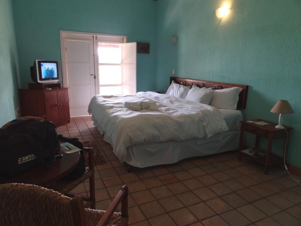 . Um quarto espaçoso ar condicionado televisão banheiro limpo #60443F 1024x768 Banheiro Compartilhado Em Hotel