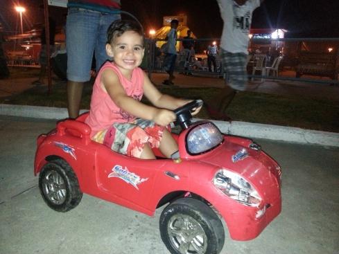 Caio Rebouças, animadíssimo em seu veículo automotor .
