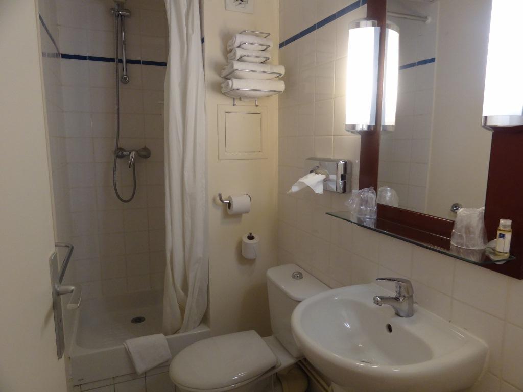 Onde ficar em Paris: nossa experiência no TIMHOTEL MONTMARTRE. Miss  #41342B 1024x768 Banheiro Antigo Decoração